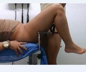 คนไข้หญิงขึ้นขาหยั่งนอนให้หมอทำจนเสร็จ (แอบถ่าย)