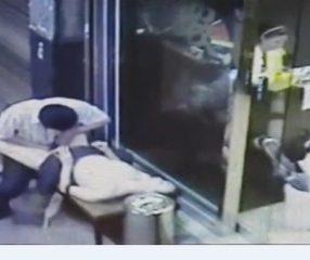 คลิปกล้องวงจรปิด คนเมาเอากันหน้าร้านแบบไม่สนโลก