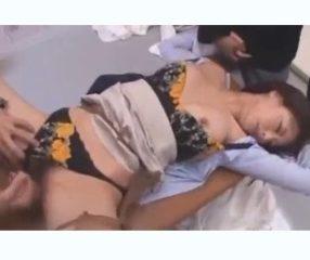 xxxญี่ปุ่น ครูสาวพลาดท่าโดนนักเรียนนักเลงรุมอึ๊บในโรงเรียน