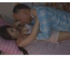ไอ้เฒ่านรก! ย่องเข้าหาลูกเลี้ยง จับกดที่นอนเอาทำเมีย