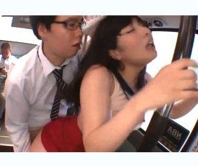 เย็ดจนสลบ! สาวสวยโดนไอ้แว่นขืนใจในรถบัส ไร้คนช่วย