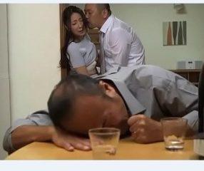 Forced sex เมียโดนเพื่อนเอา ขณะที่ผัวเมาหลับคาวงเหล้า