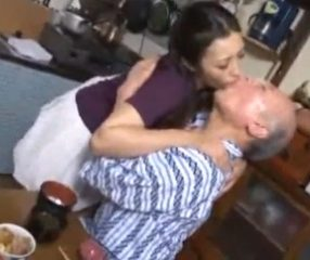 Adult18+ เมียใช้ปากป้อนข้าวให้พ่อสามี โดนจับดูดลิ้นสิ้นท่า