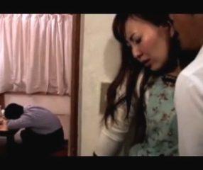 หนังโป๊AV ผัวเมาหลับโดนเพื่อนเอาเมีย แอบเย็ดข้างวงเหล้า