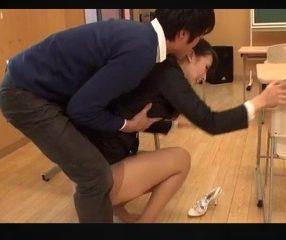 ฉาวซ้ำ! นักเรียนชายอึ๊บครูประจำชั้นในห้องเรียน vdo18+