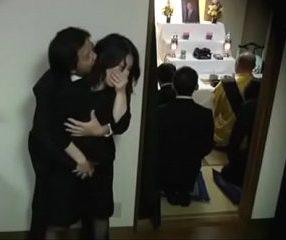 หนังxเจแปน สาวใหญ่ใส่ชุดดำไว้ทุกข์โดนเย็ดในงานศพสามี