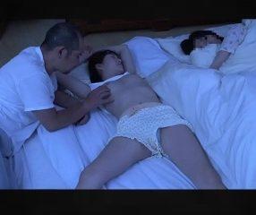 พ่อเงี่ยนมีอารมณ์กับลูกสาว นอนหลับหัวนมโผล่จับปี้จนเสร็จ