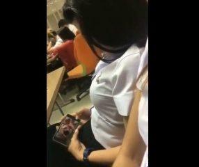 คลิปแอบถ่ายไทย นักศึกษาหญิงแอบดูหนังโป๊ในห้องเรียน