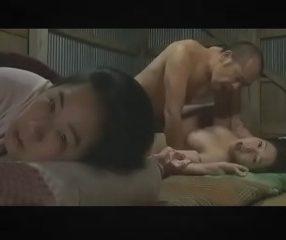 หนังสด18+ หนุ่มใหญ่หื่นเปิดผ้าห่มเย็ดลูกติดเมียกลางดึก