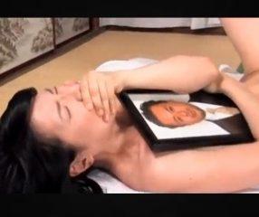 แม่หม้ายผัวตายโดนพระเย็ด นอนกอดรูปผัวร้องไห้หนักมาก