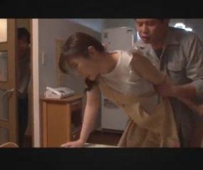 แอบดูเมียโดนเพื่อนรุ่นพี่ที่ทำงานเย็ดตอนแวะมาเมาที่บ้าน