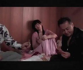 พ่อหม้ายเมียเพิ่งเสีย ขายลูกสาวใช้หนี้ให้นายทุนหนังโป๊ญี่ปุ่น
