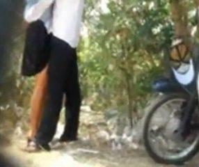 แอบถ่ายนักศึกษายืนเย็ดกันในสวนป่า ผู้หญิงเด้งหีรับรัวๆ