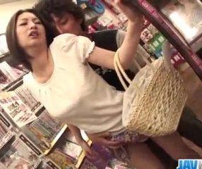 xxxหนังโป๊แอบเย็ด แม่บ้านสาวโดนเอาในร้านขายหนังสือ18+