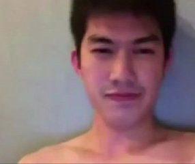 Thai gay หนุ่มไทยหล่อควยใหญ่นั่งถอกดุ้นอย่างซี๊ด18+