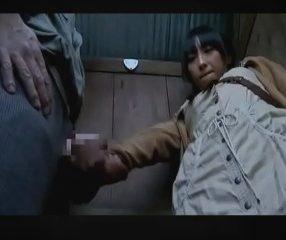 สาววัยรุ่นม.ต้นโดนคนแปลกหน้าอึ๊บในห้องน้ำตอนไปหลบฝน