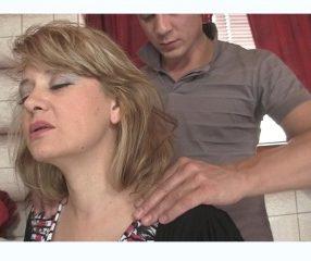 ลูกเขยแสบอาสานวดให้แม่ยาย บิ้วจนเงี่ยนจับเย็ดเฉยเรย