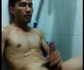 Gaythai หนุ่มหล่อเข้มควย9นิ้ว นั่งถอกไข่ในห้องน้ำ