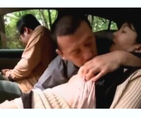 ผัวขับรถพาเมียไปให้คนอื่นเย็ดในป่า หาเงินชดใช้หนี้พนัน