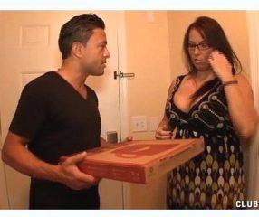 XXXป้าแกเงี่ยนแอบเอากับคนส่งพิซซ่าตอนผัวไม่อยู่บ้าน