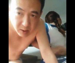ดูคลิปโป๊ พ่อชาวจีนขายลูกสาวให้เพื่อนเย็ดคาชุดพละ
