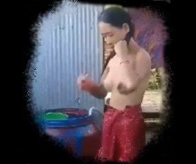 Heedum นายจ้างหื่นแอบถ่ายสาวพม่าอาบน้ำทางรูสังกะสี