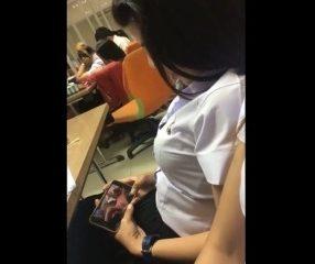 คลิปนักศึกษาหญิงแอบดูหนังโป๊ในห้องเรียน nung18+