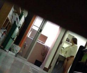vdoxแอบถ่ายลอดช่องใต้ประตู เดินออกจากห้องน้ำไม่นุ่งผ้า