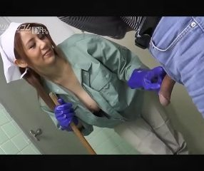 สาวแม่บ้านเงี่ยนชวนเย็ด ตอนทำความสะอาดห้องน้ำชาย