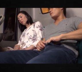 สาวเมาหลับบนรถเมล์ โดนไอ้หื่นควักควยสอดใส่จนเสร็จ