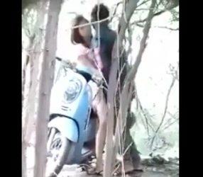 แอบถ่ายเด็ด หนุ่มสาววัยรุ่นไทยจอดมอเตอร์ไซด์เย็ดกันริมป่า