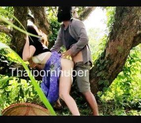 Thai outdoor sex หลุดชาวสวนแอบเย็ดกันใต้ต้นลำไย