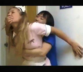 asian porn ไอ้เตี้ยหื่นฉุดสาวเสิร์ฟไปเย็ดในห้องน้ำหญิง