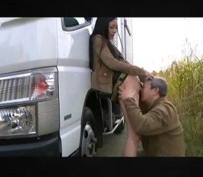 คนขับรถสิบล้อจอดรถเย็ดเมียข้างทางอย่างเสียว jav2020