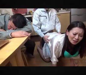 ไอ้เลว! เห็นเพื่อนเมาหลับ จับเมียเพื่อนปล้ำ สอดใส่จนเสร็จกิจ