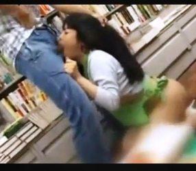 หนุ่มใหญ่หื่นแอบอึ๊บพนักงานสาวในร้านขายหนังสือ av18+