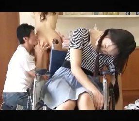 แม่กับลูกสาวพิการโดนลูกเลี้ยงหื่นพาพวกมารุมเย็ดถึงบ้าน