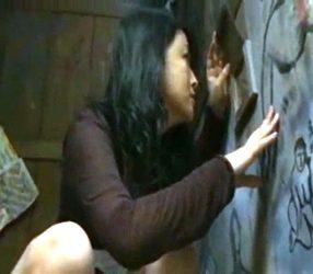 สาวไฮโซกลับบ้านนอก ห้องน้ำมีรูแอบดูควยชาวนาจนโดนเย็ด