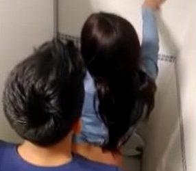 แอบถ่ายหนุ่มสาวเอากันในห้องน้ำห้าง รปภ.มาวงแตกเรย!